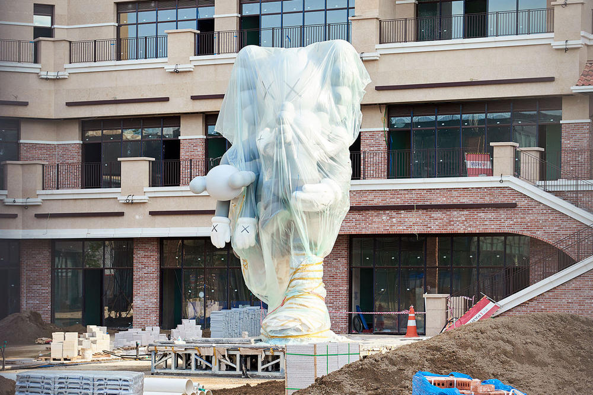 Скульптура KAWS 'Companion' Сеул Южная Корея