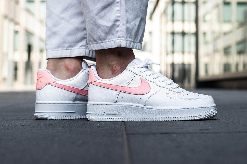 Nike Air Force 1 Women White Oracle Pink Swoosh Titolo
