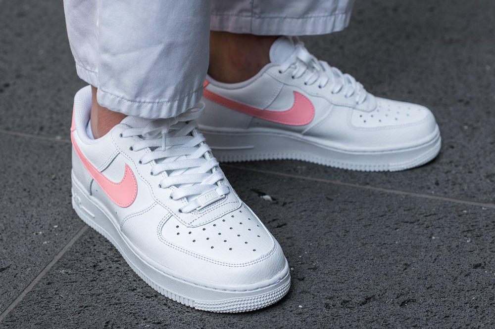 the latest 1d375 9cd3a Nike Air Force 1 Women White Oracle Pink Swoosh Titolo