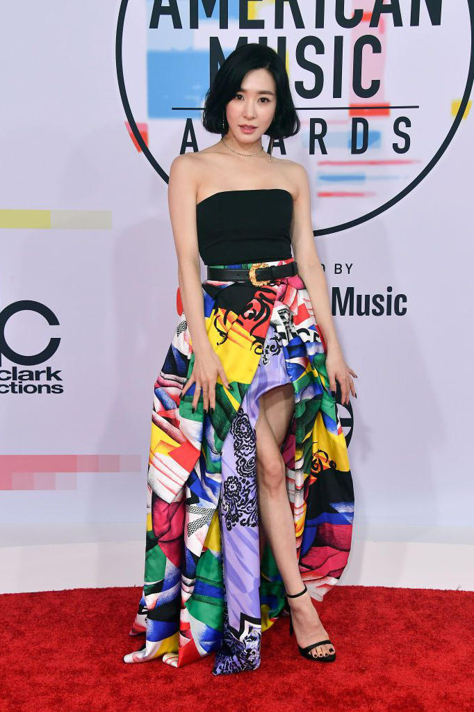 American Music Awards AMAs 2018 Red Carpet Tiffany Young K-Pop Versace Dress