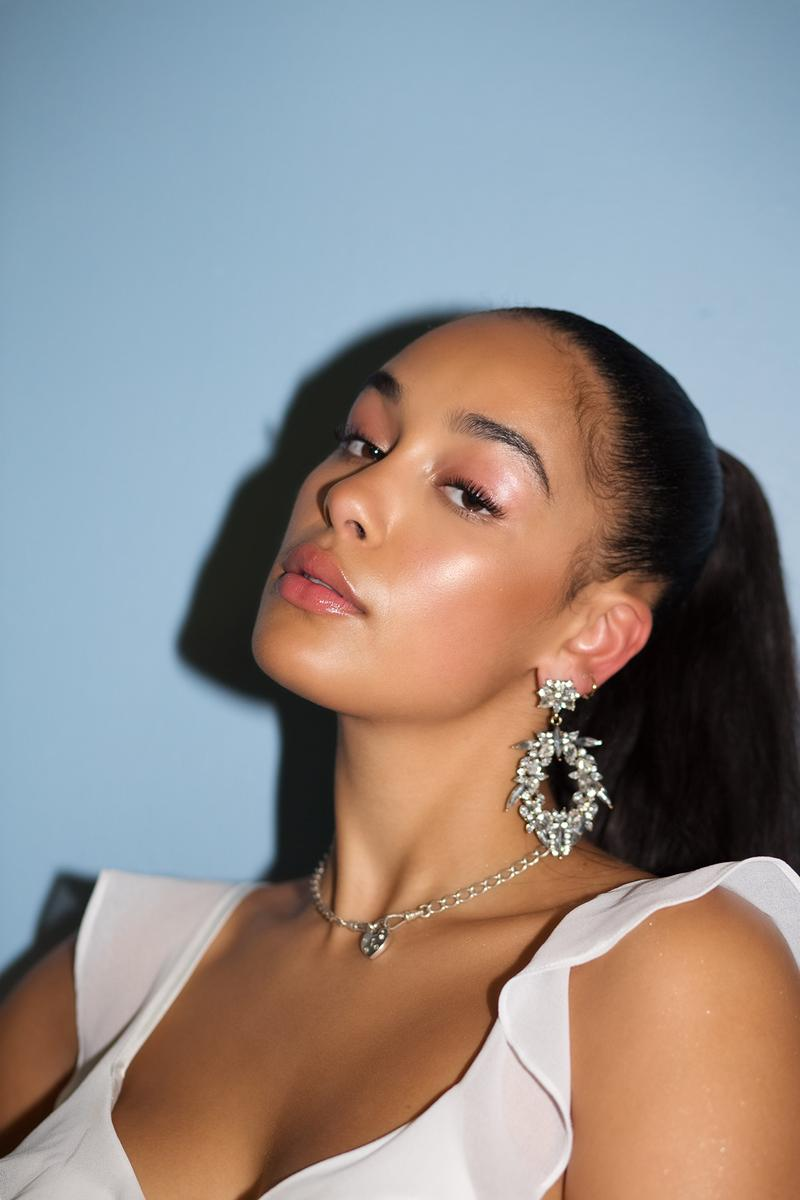 Jorja Smith Makeup Glowing Skin Dior Beauty Ambassador Chicago Kali Uchis Tour Concert Backstage Ponytail Music Singer Lip Gloss Eyeshadow Brows earrings