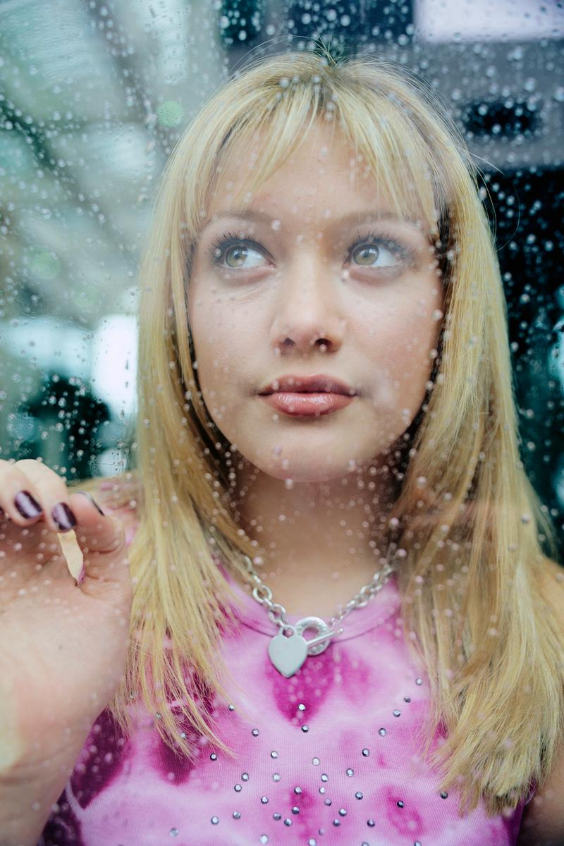hilary duff young 90s lizzie mcguire actress tv show lip gloss style fashion hair clip