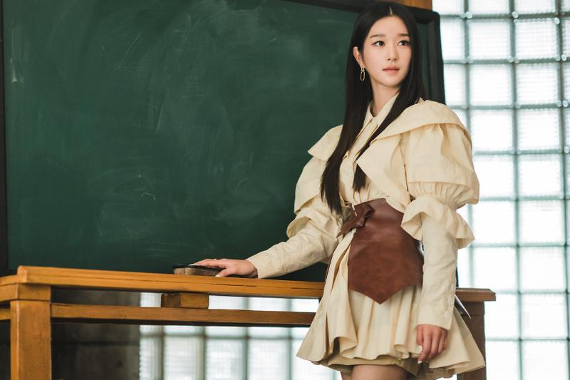 netflix its okay to not be okay seo yeji minju kim yellow puff sleeve dress loewe belt chalkboard
