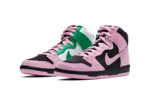 "Picture of Peep the Striking Contrast Details on Nike SB's Dunk High ""Invert Celtics"""