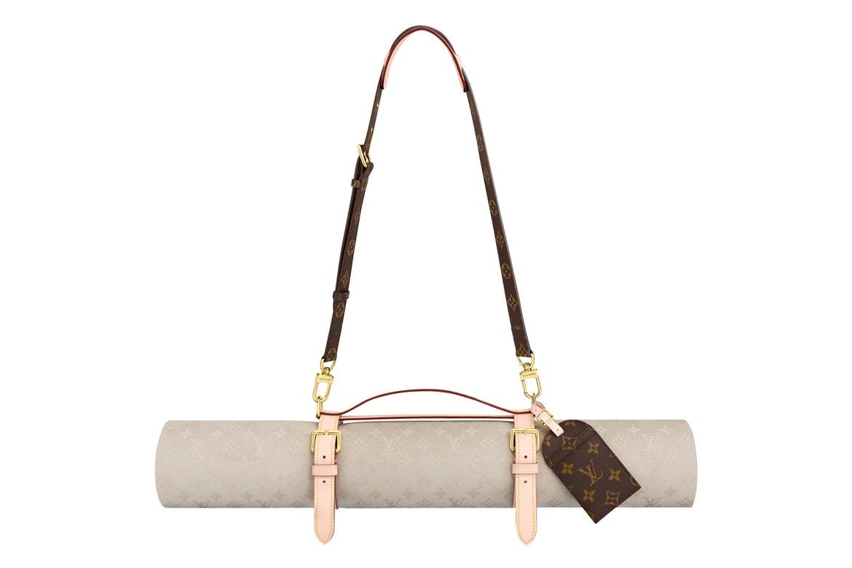 Produk yang diberinama Louis Vuitton Monogram Yoga Mat ini memiliki lebar 180 cm x 66 cm. Selain itu setiap pembeli juga mendapatkan set tali untuk mempermudah matras ini di bawa ke mana-mana. Bahkan sebagai pemanis, LV juga memberikan tag warna cokelat dengan motif monogram kanvas.