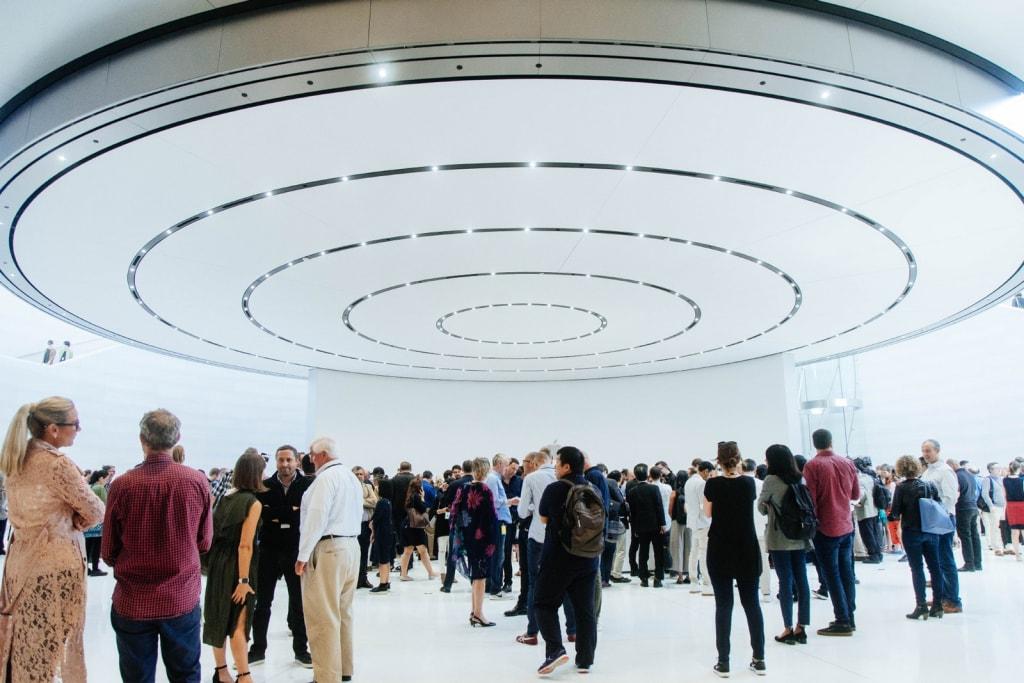 Apple の新社屋で開催された新作発表イベントのフォトレポートをお届け 新作のディテールや機能はもちろん、会場ではヴァージル・アブローにも遭遇