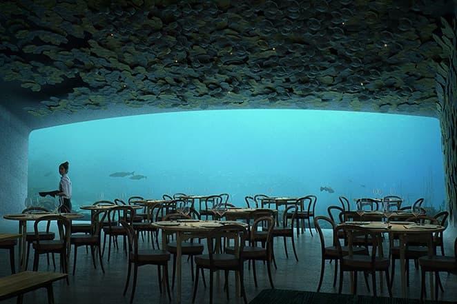 一枚岩を海に沈めたかのようなヨーロッパ初の水中レストランがノルウエーにオープン 天然水族館を横目に極上の食事体験を提供するレストランの敷地内には海洋生物学調査センターも同居するという本気度