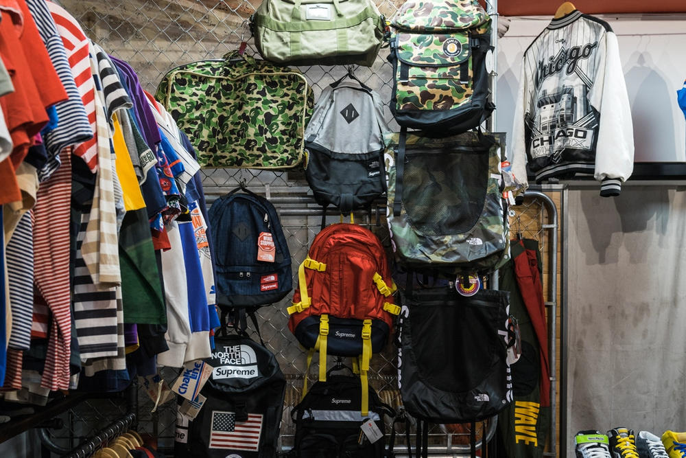 行列のできる古着屋 Round Two のニューヨーク新店舗が待望のオープンを迎える 〈Supreme〉や〈Polo〉の激レアアーカイブなどがずらりと並び、店頭にはStashのグラフィティが