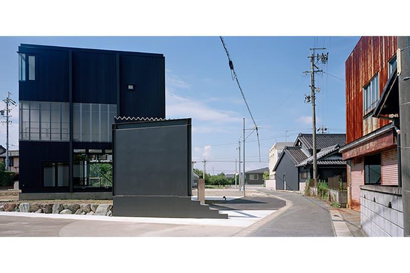 愛知県の産業地帯に佇む幾何学的なキューブ形の住宅をチェック aichi 愛西 建築 デザイン キューブ 家 設計 キューブ キュービック 波板 愛知