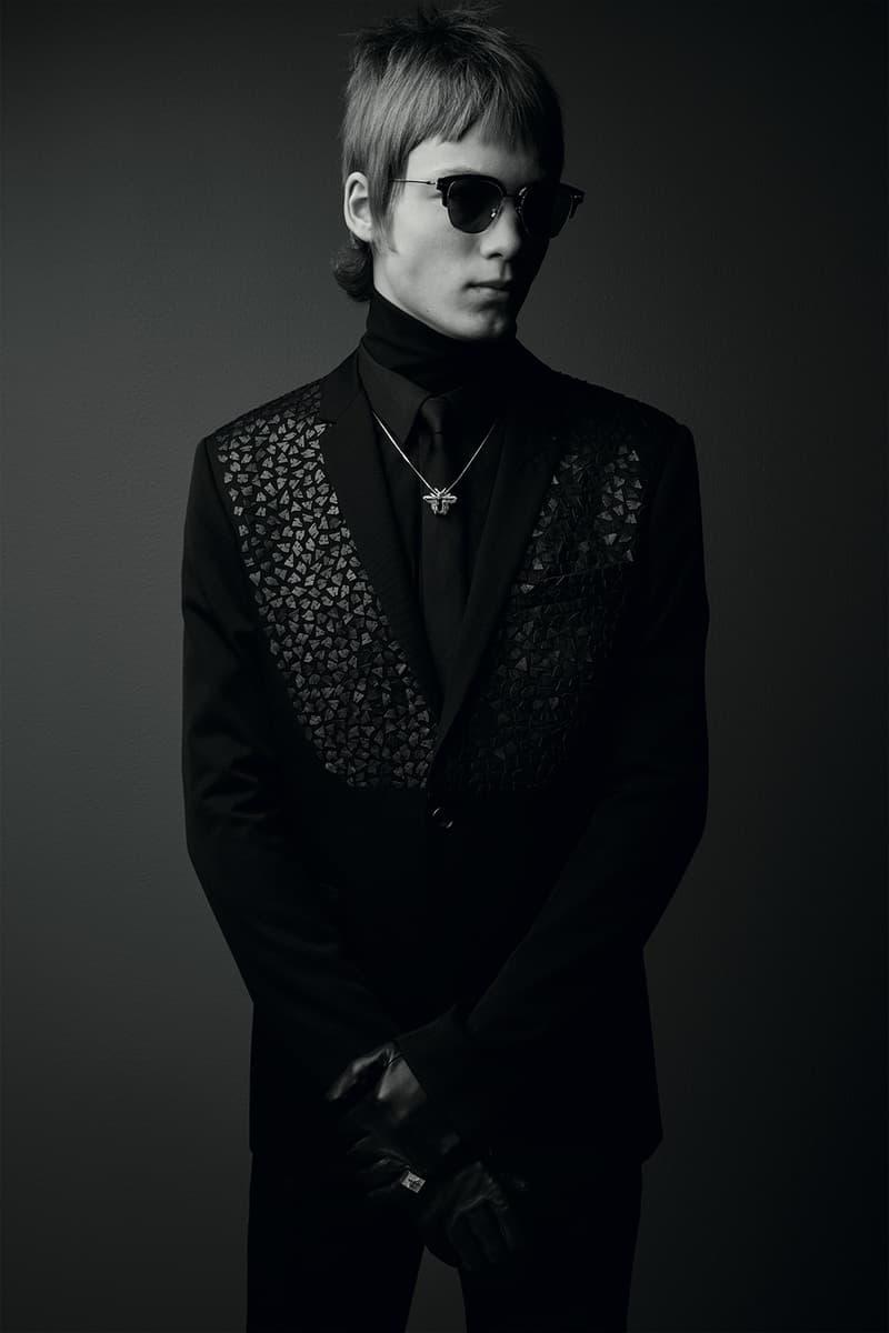 """Dior Homme よりリュクスな佇まいに身を包んだカプセルコレクション """"Black Carpet"""" が到着 世界的フォトグラファーがモノクロの世界で撮り下ろした Kris Van Assche のモードスタイル タキシード スーツ ピンズ ネックレス サングラス"""