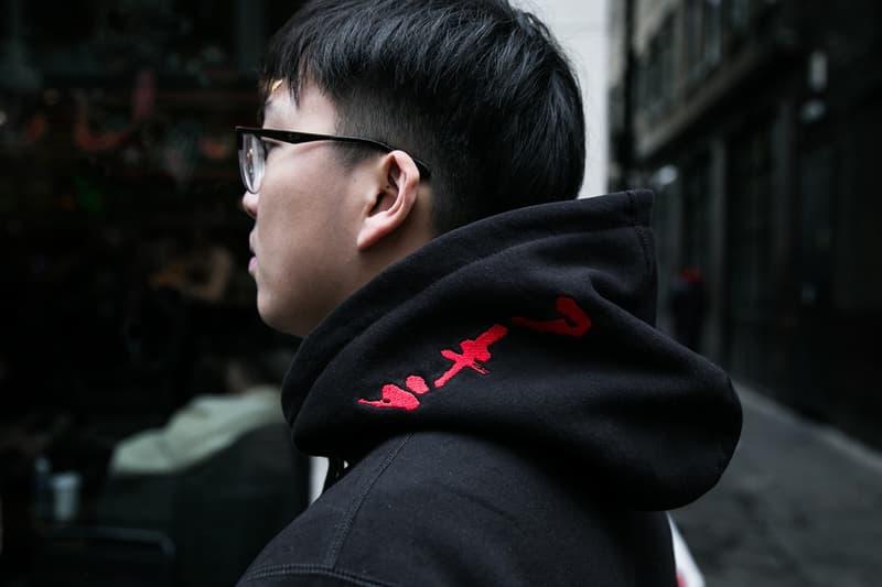 """Supreme x『AKIRA』のロンドンローンチの様子をスナップ形式でレポート ネオ東京に染まったイングランドの首都……名物""""Supremeおじさん""""は何を買った? アキラ シュプリーム  M-51(モッズコート)をはじめ アウター ジップアップブルゾン ジャンプスーツ フーディ S/S & L/S Tシャツ キャップ"""