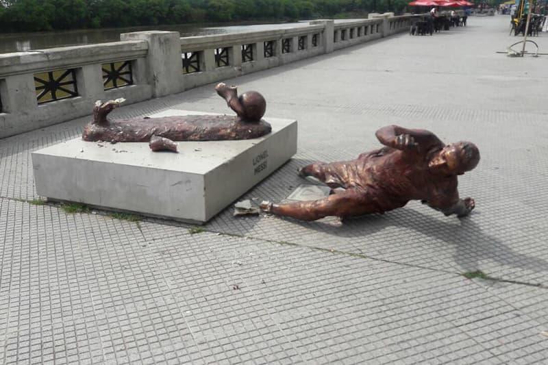 母国・アルゼンチンに設置されているメッシの銅像が足首からぶっ壊される 国民的スター選手のブロンズ像が1年で2度目の被害に。一体なぜ…… リオネル・メッシ アルゼンチン バルセロナ ブエノスアイレス サッカー フットボール リーガ エスパニョーラ HYPEBEAST ハイプビースト