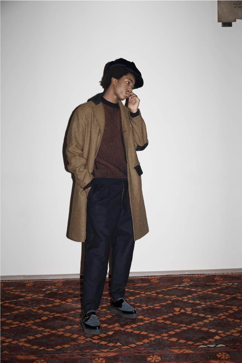 ツイードとジャズカルチャーを掘り下げた NICHOLAS DALEY 2018年秋冬ルックブック コンテンポラリージャズの在り方とも共鳴する深みと新鮮さが同居した最新コレクション  若手デザイナー支援プログラム「NEWGEN」のサポートのもと、ロンドンファッションウィークで2018年秋冬コレクションを発表した〈NICHOLAS DALEY(ニコラス デイリー)〉。今季はスコットランドのシェットランドの農夫を写した写真と、その100年後に撮影されたジャズトランペット奏者Miles Davis(マイルス・デイヴィス)の写真からコレクション制作をスタートしたという。コレクションのキーピースは、ツイードのベイカーボーイハットで、このヘリンボーンツイードはホーイックに在る老舗生地メーカー「Lovat(ラバット)」に依頼したオリジナル素材だ。また、コレクションに欠かせないヘッドウェアは1773年創業の名門〈Christy's(クリスティーズ )〉によるもの。そして、新シーズンはブランド初のフットウェアとして〈George Cox(ジョージ コックス)〉とのコラボシューズを2型展開する。  Freddie Hubbard(フレディ・ハバード)が1970年に発表したソウル/ジャズのフュージョンアルバム『RED CLAY』をテーマに掲げ、現代のコンテンポラリージャズの在り方とも共鳴する〈NICHOLAS DALEY〉の2018年秋冬コレクション。クリエイションへの飽くなき探究心を感じるルックブックは、上のフォトギャラリーからご確認を。  この機会に、サヴィルロウで培ったテーラードの技術に文化/民族的なエッセンスを融合する注目の同ジャマイカ系イギリス人デザイナーのストリートスナップもプレイバックしてみては?