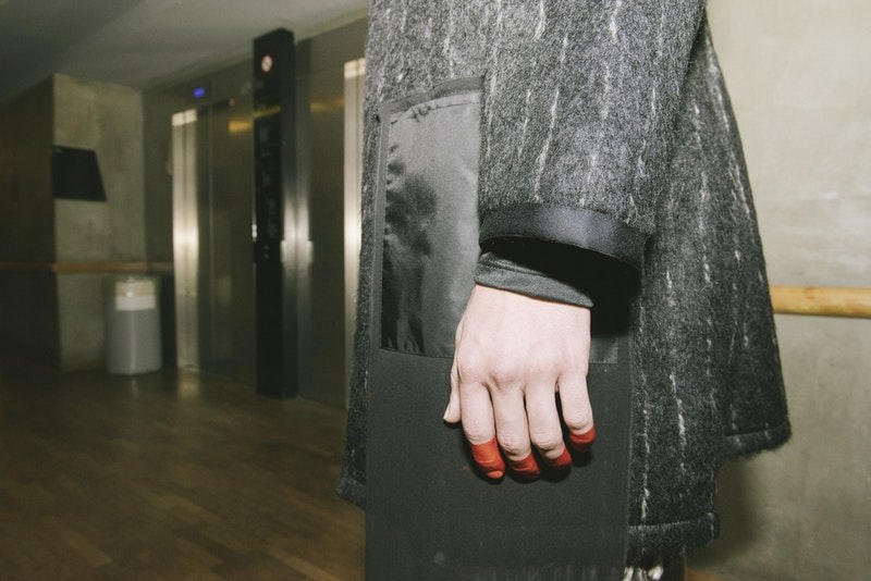 ダンスとファッションが調和した PIGALLE 2018年秋冬コレクションの舞台裏に潜入 ステファン・アシュプールの芸術性が垣間見えるアイテムとユニークな演出にクローズアップ Kim Jones キム・ジョーズ Acne Studios アクネ ストゥディオズ Stephane Ashpool ステファン・アシュプール PIGALLE ピガール Pain O ChoKolat パンオショコラ ミリタリージャケット 変形シャツ スケルトン Gジャン Nike ナイキ Air VaporMax HYPEBEAST ハイプビースト