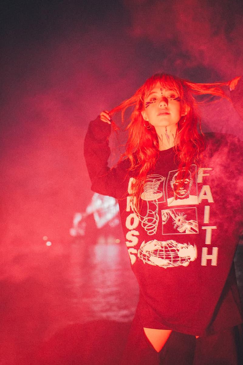 """Crossfaith より2018年最初のマーチコレクションを紐解くルックブックが到着 仮想未来における""""テクノロジー""""にフォーカすると同時に、そこから生まれる人間の危機に警鐘を鳴らしたストリートレーベル顔負けのアイテムが登場  音楽とファッションはいつの時代も切っても切れない関係にある。しかし、最近ではマーチ(マーチャンダイジング)文化が急速に発展しており、各アーティストたちはアパレルでもアイデンティティを表現するようになった。とは言うものの、それには依然善し悪しがあるのもまた事実。だが、Crossfaith(クロスフェイス)はストリートシーンを追い続ける『HYPEBEAST』が唯一継続的にマーチを紹介する日本生まれのバンドである。  最新コレクションでは、Crossfaithが長年テーマに掲げてきた""""未来""""をさらに推し進め、仮想未来における""""テクノロジー""""にフォーカス。また、そこから生まれる人間の危機に警鐘を鳴らす形をとっているが、その中でもM-51には、CrossfaithのマーチをディレクションするHiroの考えが色濃く表現されている。本作は人類が六世紀以上前に絶滅した世界という設定の中で、その絶滅した人類の存在の調査のため火山灰に覆われた地球に降り立ち、使われた酸素濃度移行調査機とその調査員の述懐をテーマに、""""Plastic Human""""いうキーワードが背景に存在する。一見ネガティブに捉えられがちだが、そこには人間の可能性への問いかけがあり、希望があるのだ。  Hiroを含め、Crossfaithは今、環境的な教育へと目を向けており、人が見ない、もしくは怖いという感情から見ようとしない闇の部分にいち早く触れて、認識、そしてそれに伴う行動をとっていきたいと語る。彼らはファッションブランドではない。だからこそ、筆者としてはこれを1つのクリエイションとして捉え、今まで以上にCrossfaithの音楽と動向に期待していくべきだと感じている。ストリートレーベル顔負けのグラフィカルなアイテムは、オンラインストアでも一部購入することが可能なので、気になる方はオンラインストアを覗いてみてはいかがだろうか。"""
