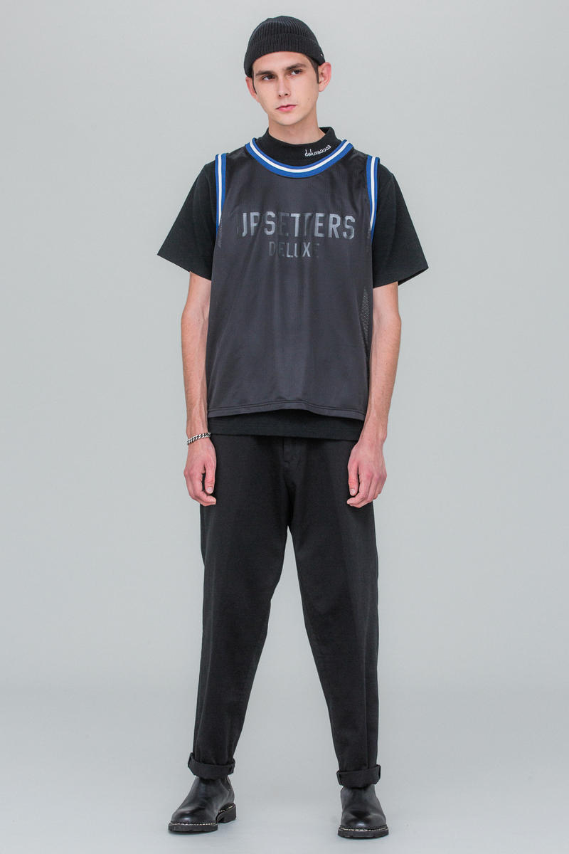 """Bad Brains にトリビュートを捧げる DELUXE 2018年春夏ルックブック """"P M A"""" USハードコア史に欠かせないオリジネイターの破壊的な音楽性とスタイルを巧みに表現した""""東京ストリートテイラー""""の最新コレクション 昨年、名門ジャズレコードレーベル「Blue Note(ブルー ノート)」や〈Vans(ヴァンズ)〉とスポットアイテムを展開した東京ベースのストリートテイラー〈DELUXE(デラックス)〉の2018年春夏コレクションは、""""P M A""""がテーマ。「POSITIVE MENTAL ATTITUDE=全ての物事をポジティブに解釈しよう」、これは70年代後半のDCハードコアパンクバンドとして名を馳せたBad Brains(バッド・ブレインズ)がスローガンとして掲げていたものだ。今季の〈DELUXE〉は一見シンプルに見えるが、USハードコア史に欠かせないオリジネイターである彼らの破壊的な音楽性と世界観、スタイルが的を射て落とし込まれており、シグネチャーである稲妻を採用したアパレルも登場。また、ボーカルのH.R.は当時、ファッションという観点から見ても一目を置かれ人気を博し、彼をイメージソースとしたパンク、ダブの中に〈DELUXE〉らしいトラディッショルな要素が巧みにミックスされている。  上のフォトギャラリーにあるルックブックとあわせて、最新コレクションのイメージビジュアルを『deluxe.jp』からチェックしてみてはいかがだろうか。  その他のブランドからも続々と発表されている2018年春夏コレクションの情報は、こちらからご確認を。"""