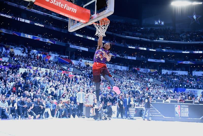 """2018年のNBAオールスター・スラムダンクコンテスト優勝者はドノバン・ミッチェル ヴィンス・カーターに敬意を評したリバース360ウィンドミルも飛び出る NBA オールスターゲームの前夜祭名物、スラムダンクコンテスト。2018年大会はDennis Smith Jr.(デニス・スミス Jr.)、Victor Oladipo(ビクター・オラディポ)、Donovan Mitchell(ドノバン・ミッチェル)、Larry Nance Jr.(ラリー・ナンス Jr)の計4名が出場した。予選で最初に""""50(満点)""""を叩き出したのはマーベリックスのルーキー。芯のぶれない360レッグスルーは、身長188cmのプレーヤーのものとは思えないほど豪快なものだった。  しかし、決勝ラウンドに進出したのはDonovanとLarryの二人。ジャズの#45は1回目の試技で、ライジング・スターズ・チャレンジでも決めたワンハンドのワンマンアリウープで早速""""50""""。しかし、キャバリアーズの#24も未だかつて誰も見たことがないダブルタップ・ダンクというウィットに富んだ一撃を決めて、これまた""""50""""。しかし、最後の最後、ジャズのルーキーは自身のユニフォームを脱いでラプターズ時代のVince Carter(ヴィンス・カーター)のジャージ姿になると、そのまま2000年にVinceが沈めたリバース360ウィンドミルをコピーし、合計98得点で見事優勝を決めた。  今年のダンク王に輝いたDonovanの全試技は、下のプレーヤーから。『HYPEBEAST』がお届けするその他のNBAニュースも、引き続きお見逃しなく。"""