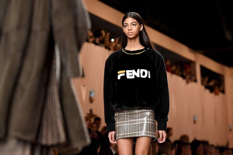 """FENDI x FILA という予想外のコラボレーションが実現 モード界屈指の重鎮、カール・ラガーフェルドが新パートナーに招聘したのはストリートの歴史にも欠かせない同郷の老舗スポーツカンパニー 2018年秋冬のミラノファッションウィーク期間中に開催された〈FENDI(フェンディ)〉のランウェイはメンズコレクションと同じく、シグネチャーのFFロゴを随所に採用したレトロな世界観で観衆を釘付けにした。しかし、ストリート目線での最大のトピックは、〈FENDI〉x〈FILA(フィラ)〉のコラボレーションだ。  意外にも、モード界屈指の重鎮 Karl Lagerfeld(カール・ラガーフェルド)が新パートナーに招聘したのは、2Pac(2パック)も愛用するなど、ストリートの歴史に欠かせない同郷の老舗スポーツカンパニー。ランウェイでは、〈FENDI〉の""""F""""を〈FILA〉のシグネチャーに置き換えたロゴを全面に押し出し、ニットやバッグなど数点がお披露目された。  一見、メンズでも着用可能なデザインだけに、来季のアナウンスを心待ちにしておこう。また、""""KIM JONES GU PRODUCTION""""の一部展開アイテムや""""Moncler Fragment Hiroshi Fujiwara""""のルックブックなど、その他のファッションニュースもあわせてチェックしてみてはいかがだろうか。"""