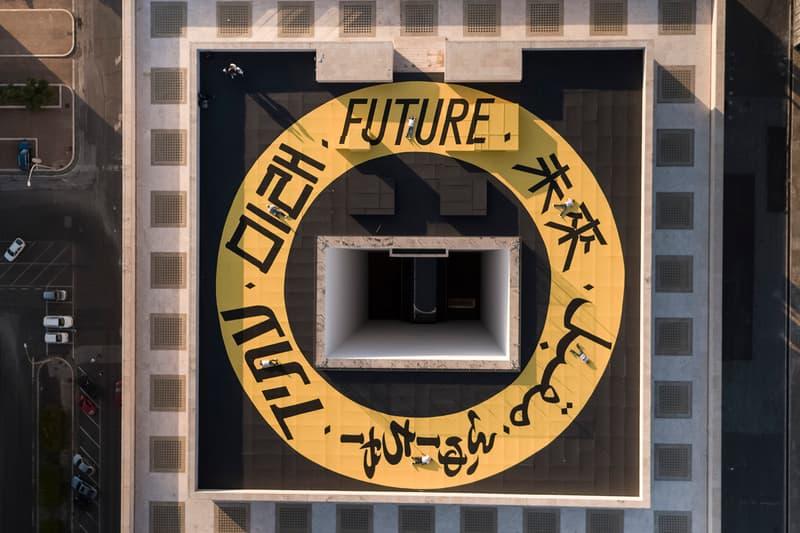 """FENDI が文化の障壁を打ち破る """"F IS FOR…"""" の1周年記念プロジェクト """"THE RING OF FUTURE"""" を発表 国籍の異なる6人のストリートアーティストが〈FENDI〉の歴史ある本社屋上に作品を描き、それにフックした限定Tシャツも登場 ローマに本拠地を置く〈FENDI(フェンディ)〉が昨年ローンチした""""F IS FOR… (エフ イズ フォー…)""""は、ブランドの絶え間ない実験的ビジョンによって作り上げられたミレニアル世代によるミレニアル世代のためのデジタルプラットフォームだ。昨年6月には幻想の世界を作り出すカリグラフィーアーティスト Pokras Lampas(ポクラス・ランパス)が、〈FENDI〉の本社社屋『イタリア文明宮』の屋上にイタリア最大のカリグラフィティを描き、ファッションとアート、そしてそこにストリートがクロスオーバーしたことでラグジュアリー界でも非常に大きなトピックとなった。  その""""F IS FOR…""""の1周年を記念して、唯一無二のプロジェクトを率いるワールドワイド・コミュニケーションディレクター Cristiana Monfardini(クリスティアーナ・モンファルディーニ)は、世界中から集まった国籍の異なる6人の若きストリートアーティストたちを迎え入れ、新たなワートワーク""""THE RING OF FUTURE""""を発表。再び『イタリア文明宮』のルーフトップをキャンバスに見立てた本企画には、日本から『水戸芸術館』で行われた日本初のグラフィティ展""""X-COLOR""""や「SUMMER SONIC」にも参加したCasperも招聘され、各アーティストが自国の言語で「FUTURE」という単語を描き、最後の文字が次の文字に溶け込み、文化が融合する魅惑的なループを形作った。  さらに、イタリアの老舗メゾンは前述の""""THE RING OF FUTURE""""をインスピレーションソースに、アートとストリートスタイルを融合したジェンダーレスTシャツを発表。本社屋上に描かれた共同アートをボディのフロントに配置した1枚は、文化的な障壁や相違を打ち破ろうと願う、新しい世代の希望を象徴し、ブラックとホワイトの全2色で展開される。  """"THE RING OF FUTURE""""のジェンダーレスTシャツは50,760円(税込)で、現在『fendi.com』にて発売中。〈FENDI〉のミレニアル世代へのサポートを示すムービーは、上のプレーヤーからご確認を。  『HYPEBEAST』がお届けするその他の最新ファッションニュースは、こちらから。"""