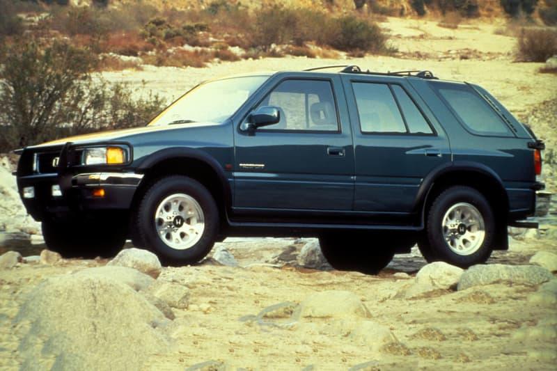 """北米で根強い人気を誇った Honda の中型SUV""""パスポート""""が17年ぶりに復活? 1993年から2002年まで生産され、その憎めないフォルムが一層好感度を高める往年の1台が現世に蘇る  「Honda(本田技研工業)」が過去に展開していたSUV、パスポートは北米向けの展開であったため、日本の車好きにはあまり馴染みのないモデルかもしれない。だが、「ISUZU(いすゞ)」のロデオのOEM車はルーフレールを搭載し、積雪の多い地域でアクティブな生活を送る一部の日本車愛好家たちからは根強い人気があった。  その憎めないフォルムが一層好感度を高めるパスポートが復活するに近づいているようだ。自動車専門誌曰く、「Honda」は日本国外で展開する中型SUV、パイロットのショートホイールベースバージョンとしてパスポートを再登場させるとのこと。パイロットは3列シート仕様のため、「Honda」は2列シートの新型の必要性を感じており、さらに2016年末に同社が""""パスポート""""の商標登録を獲得していることから、プロジェクトはその時期から水面下で進行していたと推測されている。  市場への登場は、2019年が有力。2002年から実に17年ぶりの復活となれば、愛車として乗り回してたドライバーたちは興奮すること間違いなしだろう。現状日本国内での展開に関する情報はないものの、是非「Honda」には検討してもらいたいものである。  『HYPEBEAST』がお届けするその他の自動車関連ニュースは、こちらから。 HYPEBEAST ハイプビースト"""