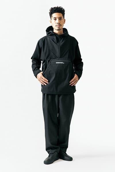"""ルーズなシルエットに機能性を持たせた WTAPS 2018年春夏コレクション """"黒いWTAPS""""に刮目せよ ファッション界は今、衣替えの真っ只中。そんな中、日本を代表するデザイナーの一人、西山徹も新シーズン開幕の準備が整ったようだ。〈WTAPS(ダブルタップス)〉の2018年春夏コレクションはTETの真骨頂であるミリタリーへのオマージュと独自解釈が随所から感じられる構成に。だが、今季は肩の力の抜けたルーズなスタイルが目立ち、アノラックやプルオーバーといったライトアウターに太めのパンツを合わせ、ブラックで統一したソリッドなストリートスタイルが提案されている。気になるアイテムのデリバリーは『wtaps.com』のアナウンスを随時チェックしていこう。  〈MAGIC STICK(マジック スティック)〉がリリースした傘要らずのベーシックウェアパックや""""イイものはイイ""""をコンセプトに掲げる玄人好みの新ブランド〈NICENESS(ナイスネス)〉の情報など、今季も『HYPEBEAST』がお届けする最旬ファッションニュースをお見逃しなく。"""