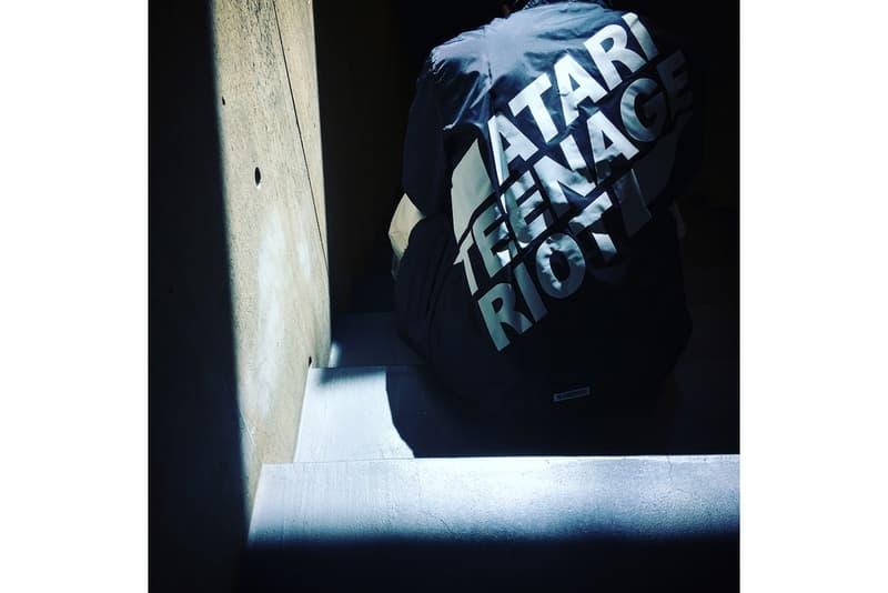 """NEIGHBORHOOD がベルリン発のデジタルハードコアバンド Atari Teenage Riot との最新カプセルコレクションを発表 東コレの特別プログラム""""AT TOKYO""""に照準を合わせ、グラフィックロゴを多用した注目アイテムがラインアップ Amazon Fashion Week TOKYO 2018 A/W 特別プログラム AT TOKYO NEIGHBORHOODネ イバーフッド ドイツ ベルリン デジタルハードコアバンド Atari Teenage Riot アタリ・ティーンエイジ・ライオット Instagram ATR レーベルネーム アナーキズム コーチジャケット ミリタリージャケット フーディ ロングスリーブTシャツ Amazon Japan Anti Social Social Club アンチ・ソーシャル・ソーシャル・クラブ インスタグラム HYPEBEAST ハイプビースト"""