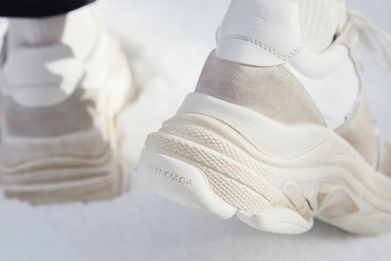 ダッドスニーカーの頂点に君臨する Balenciaga Triple S の新型モデルが END. に登場 オンライン抽選応募の締め切りが迫っているのでお早めに Balenciaga バレンシアガ ダッドスニーカー Triple S 新型モデル イギリス オンラインブティック END. SNEAKERBOY Triple S White Ecru スエード ナイロン カーフスキン アッパー 3層構造 チャンクソールユニット ニュートラル Demna Gvasalia デムナ・ヴァザリア ヴィンテージ加工 Nike ナイキ Air VaporMax HYPEBEAST ハイプビースト