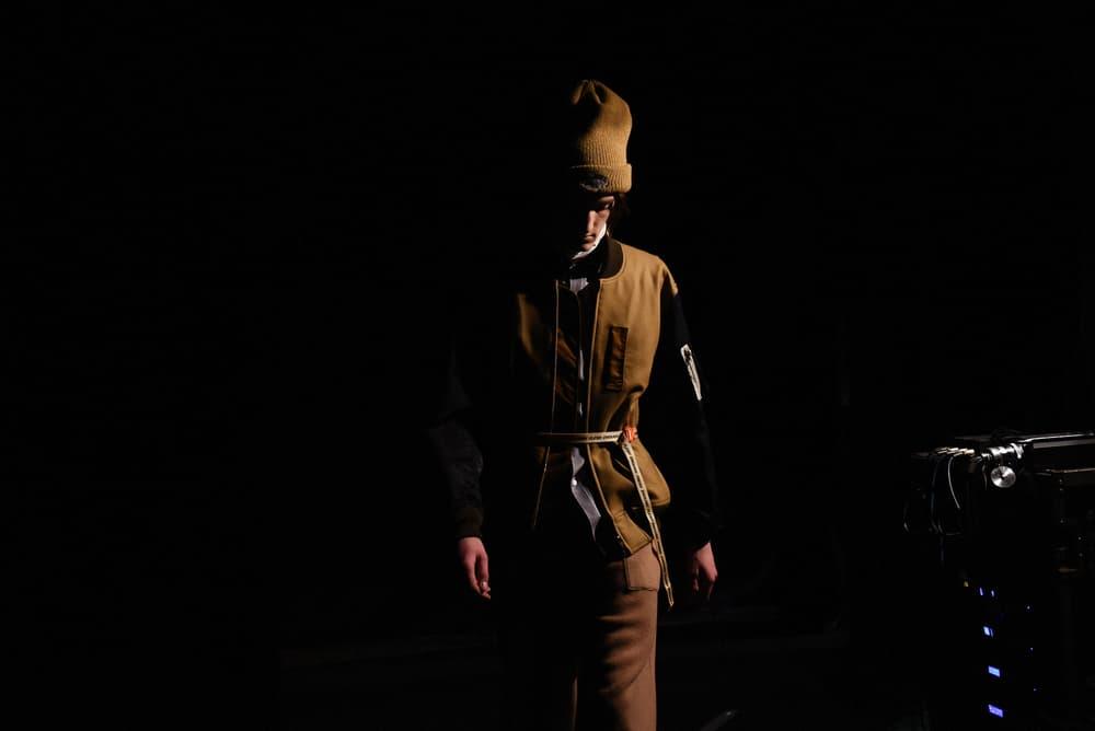 独特な色彩感覚とディテールでユース感を表現した DIGAWEL 2018年秋冬バックステージ 「TOKYO FASHION AWARD 2018」受賞デザイナー、西村浩平の意表を突くコレクションピースにクローズアップ 「Amazon Fashion Week TOKYO 2018 A/W 」の大トリを飾ったのは、「TOKYO FASHION AWARD 2018」に選出された西村浩平が手がける〈DIGAWEL(ディがウェル)〉だ。2006年の設立以降、一癖あるリアルクローズを一貫して提案してきた同ドメスティックだが、最新コレクションでも独特な色彩感覚と小気味なディテールワークは健在。オーバーコートからワイドスラックス、ボタンアップシャツまで、オーソドックスなメンズウェアのワードローブは、意表を突く細部のデザインにより新鮮味が宿され、ダブルベンツのように背中が裂かれたニットや、ジップを配したタートルネック、肩裏をニットで切り返したMA-1など、兎にも角にも秋冬のキーピースであるニットは様々なバリエーションが用意された。また、グラフィックのようなわかりやすさはないが、ピンクの糸でステッチを施したデニムトラッカー、良い意味でチープなベルト、クルマの刺繍、襟元のレイヤードなど、コレクション全体に抜かりなく〈DIGAWEL〉らしい技を駆使。加えて、〈Nike(ナイキ)〉のスニーカーに「Beats by Dr. Dre(ビーツ・バイ・ドクタードレ)」のBeatsXを身につけ、BGMを口ずさみながらランウェイを歩くモデルたちの姿は、東京のユース世代を如実に表現していたように思える。  そんな〈DIGAWEL〉初のランウェイの舞台裏に迫るフォトセットは、上のフォトギャラリーからご確認を。あわせて、「Amazon Fashion Week TOKYO 2018 A/W 」のストリートスナップもチェックをお忘れなく。 HYPEBEAST ハイプビースト