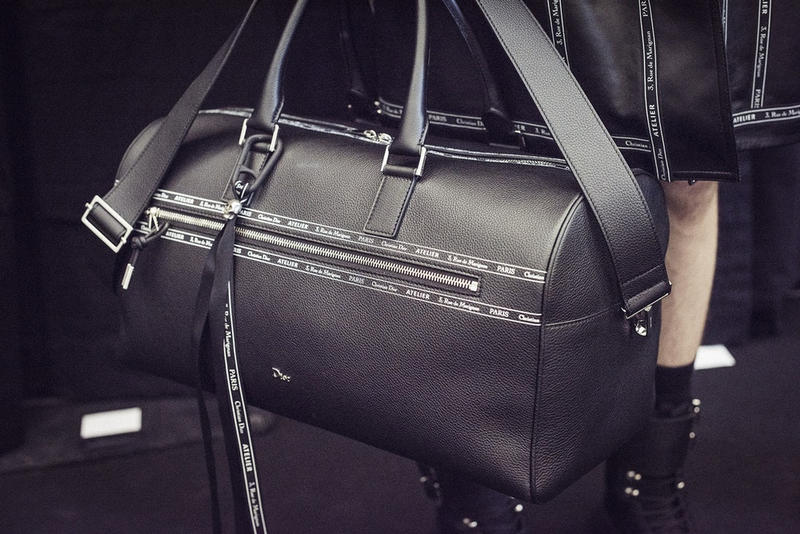 Dior Homme よりアトリエの住所をプリントした高級感漂うバッグコレクションが登場 アイコニックなバッグの数々にはソフトな肌触りが魅力のグレインレザーを採用 オートクチュール Givenchy ジバンシィ Hubert de Givenchy ユベール・ド・ジバンシィ 世代交代 Vetements ヴェトモン Demna Gvasalia デムナ・ヴァザリア GU ジーユー Kim Jones キム・ジョーンズ Kris Van Assche クリス・ヴァン・アッシュ Dior Homme ディオール オム アトリエ Christian Dior Atelier 3, rue de Marignan クリスティアン ディオール マリニャン通り3番地 ボストンバッグ バックパック ブリーフケース ドラム型のクラッチ グレインレザー オンラインサイト HYPEBEAST ハイプビースト
