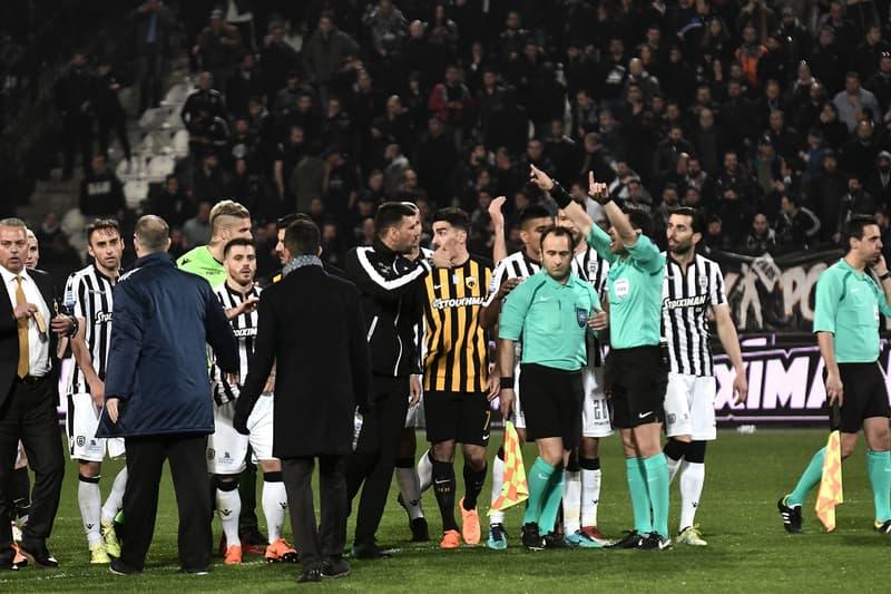 ギリシャの国内リーグが無期限休止という驚愕の事態に とあるクラブの会長がピッチに拳銃を持ち込んだことでギリシャ政府が重罰を下し、最悪の場合、国際大会に参加できない可能性も  サッカー界に衝撃が走った。ギリシャの国内リーグ「ギリシャ・スーパーリーグ」が政府から無期限の開催休止という重罰を下されたのだ。引き金になったのは、第25節のPAOKテッサロニキ対AEKアテネでの出来事。スコアレスで迎えた試合終了直前、ホームのPAOKは劇的なゴールをオフサイドの判定で取り消されてしまう。これに対して、クラブは大抗議。終いにはチームの会長Ivan Savvidis(イヴァン・サヴィディス)が腰にリボルバー式の拳銃を携えて、ピッチに乱入してきたのだ。  ギリシャは「UEFA EURO 2004」でも優勝し、サポーターも非常に熱狂的だが、暴力事件やナチス式敬礼といった政治的メッセージ、金銭取引など、リーグはクリーンとは程遠い現状だった。また、Savvidis会長は過去にも国内カップ戦を中止に追いやったことがある問題人物。同氏の代理人は「彼は拳銃で誰のことも脅していない。ギリシャでは拳銃を持ち運ぶことを禁じてはいないはずだ」とコメントしているが、スポーツの場における所持は違法とされている。  今回の厳罰で「ギリシャ・スーパーリーグ」は抜本的な改革を求められるが、FIFAからも警告を受けており、最悪の場合、国際大会の出場権が剥奪される可能性も。ギリシャサッカー界には、サッカーは紳士のスポーツであることを今一度再認識してほしいものである。  怪我で離脱中のNeymar(ネイマール)が暇つぶしに没頭しているゲームや過去のW杯で最も記憶に残る名シーンを集約したカウントダウンクリップなど、その他のサッカー関連ニュースもお見逃しなく。