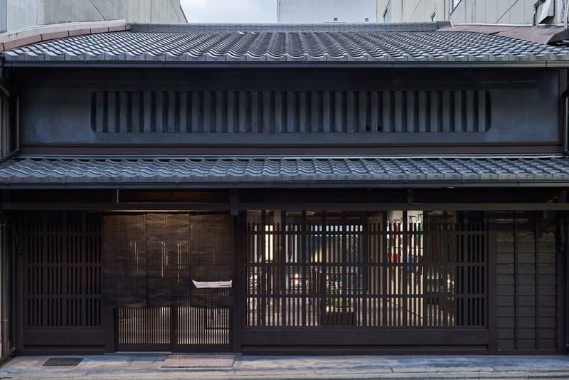町屋の歴史を重んじた Issey Miyake の京都店を覗いてみよう 墨色を基調に古都・京都の町屋と〈ISSEY MIYAKE〉のものづくりが調和した落ち着きの空間 HYPEBEAST ハイプビースト 深澤直人