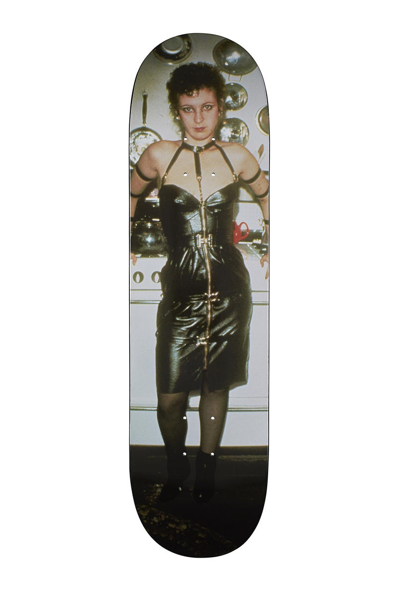 Supreme がアメリカの著名写真家 ナン・ゴールディンとのコラボアイテム発売を正式アナウンス 1978年から1991年にかけて発表されたあらゆる人種差別や病気に苦しむ人々を映し出した3作品を採用 Nike ナイキ NBA UNDERCOVER アンダーカバー Public Enemy パブリック エナミー Supreme シュプリーム Nan Goldin ナン・ゴールディン ドラァグクイーン エイズ ゲイ トランスセクシュアル LGBT Nan as a dominatrix Jimmy and Paulette in a Taxi Kim in Rhinestones コーチジャケット フーディ Tシャツ スケートデッキ HYPEBEAST ハイプビースト