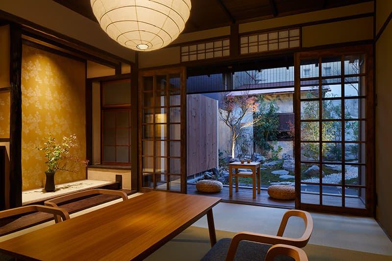 """日本の古き良き建築をモダンに解釈し""""日常的な非日常体験""""を提供する京都のゲストハウス 巧みな木材使いに定評のある日本人デュオ「B.L.U.E.建築設計事務所」が設計した縁側付きの宿泊スペースを覗いてみよう"""