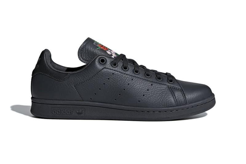 adidas Originals よりシュータンに花柄の刺繍を施したStan Smith が登場 いつの時代でも色褪せない永遠の定番モデルが小粋なアップデート 直近の〈adidas(アディダス )〉ブランドといえば、Boostテクノロジーに代表されるパフォーマンスシューズやKanye West(カニエ・ウェスト)、Pharrell Williams(ファレル・ウィリアムス)が牽引するコラボラインが脚光を浴びることが多いが、1971年の登場以来、時代を超えて愛される定番中の定番モデル・Stan Smithも負けてはいない。  ブラックのアッパーにブラックのソールを組み合わせた今回のシューズは、一見通常モデルに誤解されそうだが、ディテールに注目すると、アッパーには上質なタンブルレザーが使用され、タンのロゴ部分にフローラルモチーフが刺繍されている。このグリーン/レッド/ピンクから成る上品な花柄はオールブラックの外見に程良いコントラストを与えている。  現在のところ、発売に関する詳細は確認できていないので、 〈adidas〉及び同ブランド販売店からの情報を期待して待とう。 Sneaker スニーカー HYPEBEAST ハイプビースト