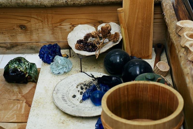 "visvim がキルト作家であり染織家の秦泉寺由子にクローズアップ 日本が世界に誇る唯一無二のブランド〈visvim(ビズビム)〉では、創作活動におけるインスピレーションの源を独自の視点から掘り下げたレポート ""Survey""を不定期に発表している。  モノ、人、場所、文化など多様なトピックを扱う本シリーズの最新回では、キルト作家であり染織家 (せんしょくか)の秦泉寺由子に迫っている。  20代半ばに渡米し、キルト作家として活動していた秦泉寺氏だが、日本帰国後に出会ったインドネシアの染色技術に魅せられ、すぐさま現地に移住。そこで染織家としてのキャリアをスタートさせる。1994年に開催されたエキシビションの準備に際し、白く染める技法を模索していた同氏は、それまで一般的には不可能と考えられていた竹による染色を試みる。その後、秦泉寺氏は試行錯誤を重ね、世界でも前例のない青竹染めのパイオニアとして地位を確立していった。  まずは、上のフォトギャラリーで滋賀県大津市にある同氏のスタジオの風景がチェックしてみよう。レポートの全文は〈visvim〉の公式サイトに掲載されている。 HYPEBEAST"