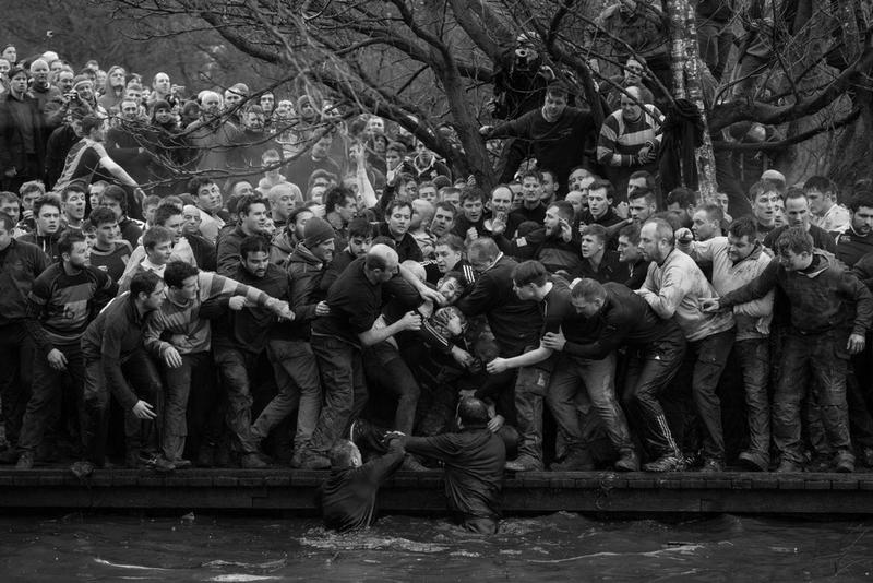 """世界の""""いま""""を克明に伝える世界報道写真展2018 の大賞&受賞作品が発表 125の国と地域から4,548人のフォトグラファーが参加し、73,044点の応募からグランプリに輝いた1枚は……? 世界中の約100会場で開催される世界最大規模の写真展「世界報道写真展」の大賞および受賞作品が発表された。今年で61回目の開催を迎える同展だが、今回は125の国と地域から4,548人のフォトグラファーが参加し、73,044点の応募があったとのこと。現代社会の問題、一般ニュース、長期取材、人々、自然、スポーツ、スポットニュース、環境の全8部門にカテゴリーを分類し、世界の""""いま""""を克明に伝える写真が厳選された。  大賞に輝いたのは、ベネズエラの写真家、Ronaldo Schemidt(ロナルド・シュミット)が撮影した一枚。""""ベネズエラ危機""""と題したこの写真は、同国の首都カラカスにおいて、Nicolás Maduro(ニコラス・マドゥロ)大統領に対する抗議デモに参加した若者が機動隊と衝突し、炎に包まれた一瞬を捉えたものである。  その他の受賞作品は上のフォトギャラリーから。また、日本における展示スケジュールも発表されているので、気になる方はこちらをチェックしてみてほしい。  あわせて、アクションスポーツを扱う世界最大級の写真展「Red Bull Illume」の情報もお見逃しなく。"""
