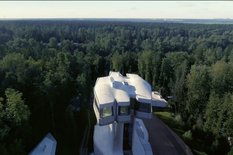 """偉大なる建築家 ザハ・ハディッドによる生前最後の遺作 """"Capital Hill Residence"""" が完成 """"建築界の女王""""がロシアに遺した曲線と直線を織り交ぜた戦艦型の大邸宅をチェック Zaha Hadid ザハ・ハディッド 2016年3月31日 65歳 Capital Hill Residence キャピタル・ヒル・レジデンス 4階建て リビング キッチン エンターテイメント&レクレーションルーム 屋内スイミングプール 図書室 マスターベッドルーム スイミングテラス HYPEBEAST ハイプビースト"""