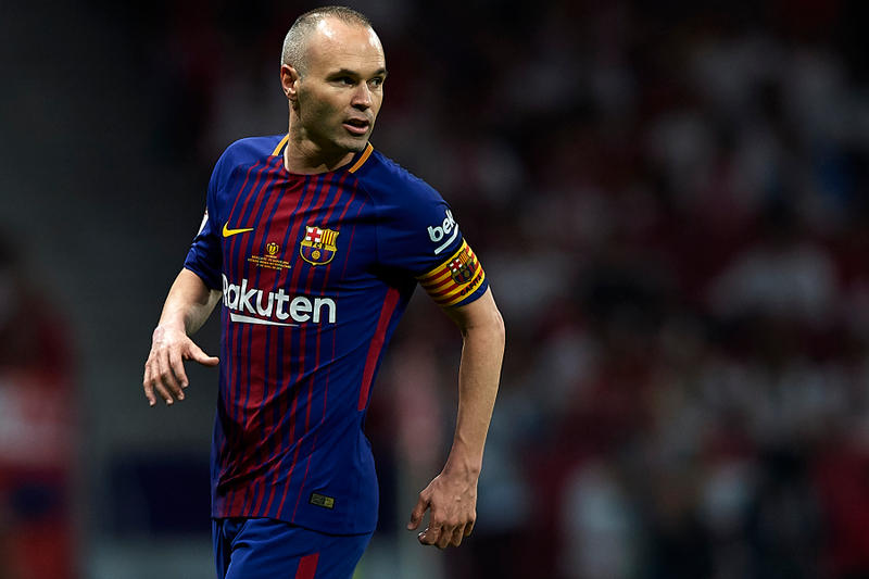 バルセロナを退団するアンドレス・イニエスタはヴィッセル神戸に加入? 稀代のマエストロの新天地は中国かと思われていたが、一転して日本が選択肢に挙がった理由とは…… HYPEBEAST 現代サッカー界にはLionel Messi(リオネル・メッシ)、Cristiano Ronaldo(クリスティアーノ・ロナウド)という二大巨頭が日の目を見がちだが、Andrés Iniesta(アンドレス・イニエスタ)は間違いなく、歴史上で最も優れたプレーヤーの一人である。その稀代のマエストロは、今季限りでユース時代から過ごした心のクラブ、バルセロナの退団が規定路線に。無論、32歳になった今でもトップクラスの実力に陰りが見えることはなく、多くのクラブが獲得に関心を示していたが、最近では中国スーパーリーグの重慶力帆が新天地の有力候補とされていた。  だが、同クラブの蒋立章会長が「Iniestaが重慶力帆に加入すると噂されているが、我々は合理的な投資をすると度々主張してきた。我々はAndres Iniestaとパートナーシップを締結する可能性があるが、選手として加入するわけではない」とし、獲得を否定。そこで次なる有力候補として現実味が増してきたのが、ヴィッセル神戸である。ヴィッセルはバルセロナと同じく、「楽天」がメインスポンサーを務めるクラブで、各スポーツメディアは年俸を32億円と推測。しかし、どうやらヴィッセルとIniestaの契約には、サッカーとは関係のないオプションが含まれるようだ。『Sports Illustrated』によると、もしIniestaがヴィッセルに加入した場合、ヴィッセルは彼が所有するワイナリー「Bodega Iniesta(ボデガ・イニエスタ)」をサポートすることになるという。  果たして、Iniestaが日本国内のフットボールラバーたちの前で絶品のパスを披露する日はやってくるのだろうか。今夏の移籍市場はいつも以上に目が離せない。  『HYPEBEAST』がお届けするその他のサッカー関連ニュースは、こちらから。