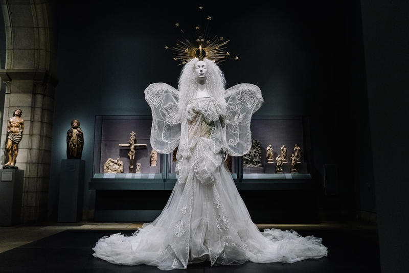 """MET Gala 2018 に合わせ開幕した世界最大規模のファッション展覧会 """"Heavenly Bodies"""" に潜入 """"カトリック""""をテーマに〈Chanel〉や〈Givenchy〉、〈Yves Saint Laurent〉などのアーカイブドレスが一挙勢揃い MET Gala 2018 Vogue Anna Wintour アナ・ウィンター Heavenly Bodies:Fashion and the Catholic Imagination メトロポリタン美術館 Chanel シャネル Versace ヴェルサーチ Raf Simons ラフ・シモンズ Valentino ヴァレンティノ Jean-Paul Gaultier ジャン=ポール・ゴルチエ Alexander McQueen アレキサンダー・マックイーン Givenchy ジバンシイ Balenciaga バレンシアガ Thom Browne トム・ブラウン Yves Saint Laurent イヴ・サンローラン Rick Owens リック・オウエンス アーカイブ HYPEBEAST ハイプビースト"""