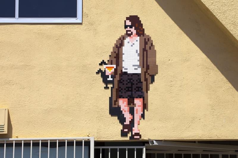 """Invader が最新プロジェクト """"9th Wave of Invasion"""" でロサンゼルスの街を侵略 全29個の新作アートピースの中には某映画に登場するあの不精者の姿も 東京にも『スペースインベーダー』に登場するCRABや鉄腕アトムの8bit作品を残しているフランス人アーティスト、Invader(インベーダー)が今度はロサンゼルスを""""侵略""""した。  """"9th Wave of Invasion""""と題した最新プロジェクトでも、お馴染みのスタイルで街や通りの至るところに作品を設置。29個の作品の中で最も印象的なものは、Coen(コーエン)兄弟が1998年に製作した映画『ビッグ・リボウスキ』の主人公デュードだろう。マティーニを片手にサングラスをかけたデュードが見たい方は、コリアタウン付近のウェスト4thストリートに面するボーリング場『Shatto 39 Lanes』まで足を伸ばしてみてほしい。また、招き猫やイチゴと並ぶカニ型のインベーダーなど、その他の作品もユニークなものばかり。LAを訪れた際は是非、街の風景を眺めながらInvaderのアートピースを探してみてほしい。  この機会に、必需品を紹介する人気企画""""Essentials""""に登場したInvaderのアーカイブ記事をプレイバックしてみてはいかが? HYPEBEAST"""