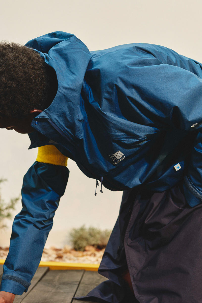 """デザインと機能性を高次元で両立する karrimor 2018年夏コレクション キャンプ、夏フェス、タウンユースまで、あらゆるアウトドアシチュエーションで能力を発揮する高機能ウェアを展開 """"Carry more(もっと運べる)""""というワードにブランド名の由来を持つ〈Karrimor(カリマー)〉は、1946年の創業以来、世界的な登山家やストリートにおけるデイリーユースまで、機能性とデザイン性を高次元で両立するイギリス発のアウトドアブランドである。その〈Karrimor〉から2018年夏のルックブックが到着。今季のラインナップでは、""""back yard""""というテーマのもと、山、草原、川、海といったシーンを限定せず、大自然、街中、庭先の身近なアウトドアフィールドまで幅広く楽しめるコレクションを展開。無駄のないシンプルなウェアは街中でもスタイリングをしやすく、それでいてあらゆるアウトドアシチュエーションにおいて能力の高さを発揮してくれるはずだ。今夏の野外フェスでも大活躍すること間違いなしな最新コレクションのビジュアルを是非、上のフォトギャラリーからチェックしてみてほしい。  『HYPEBEAST』がご紹介するこの夏のフェス情報や、その他ファッションニュースの数々もお見逃しなく。"""