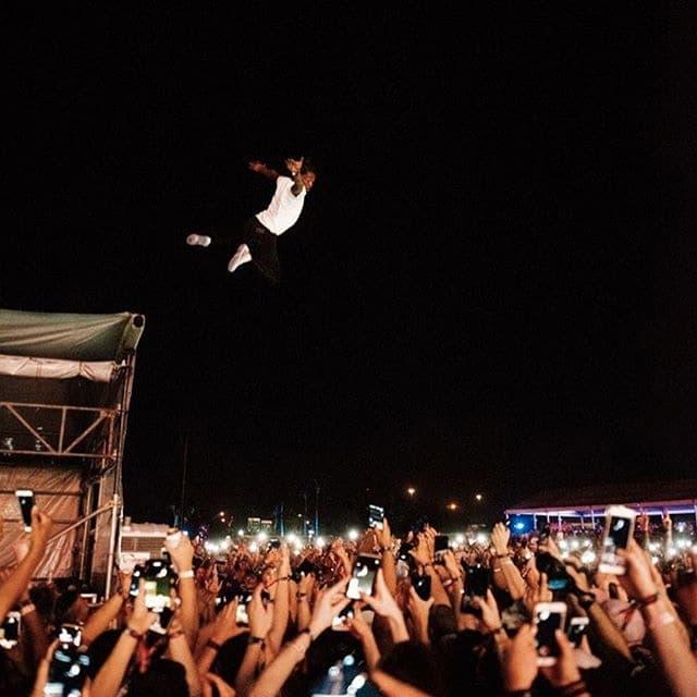 Lil Uzi Vert が Rolling Loud Miami 2018 で高さ6mから命知らずのダイブをしてしまう 一歩間違えば大事故になる超危険なダイブを撮影した背筋が凍りつくムービー…… @hypebeastjpのストーリーでもその状況をレポートしている「Rolling Loud Miami 2018」は、N.E.R.D.(エヌ・イー・アール・ディー)やJ. Cole(J・コール)、Travis Scott(トラヴィス・スコット)といった現代ヒップホップ界のトップアーティストたちが圧巻のパフォーマンスを披露し続け、会場は終日熱狂の渦に巻き込まれた。  そんな中、Lil Uzi Vert(リル・ウージー・ヴァート)が昨年に引き続き、またもや命懸けのダイブを行ったようだ。高さ約6mの足場をよじ登ったフィラデルフィア出身のラッパーは、天に十字を切り、観衆に向かって決死のダイブ。何とかファンたちが受け止めたが、一歩間違えば大事故になったことは容易に想像できる。日本もこれから本格的な野外フェスシーズンに突入するが、良い子の皆さんは決して真似しないように……。  まだどこのフェスに行くか迷われている方は、『HYPEBEAST』がリストアップした2018年開催の注目の夏フェスリストをチェックしてみてはいかがだろうか。