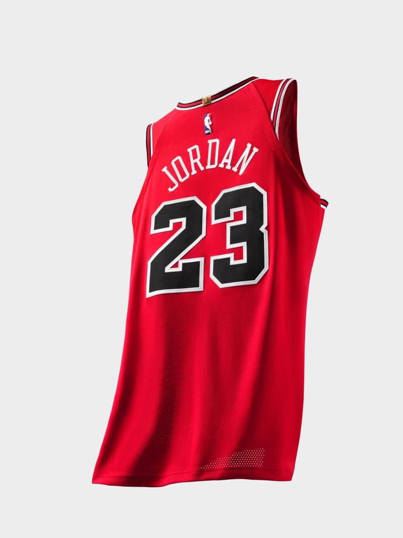Nike がシカゴ・ブルズ時代のマイケル・ジョーダンのユニフォームを復刻 「Netflix」で公開されるバスケットボールの神様の最新ドキュメンタリーにフックしたMJファン垂涎のブルズジャージ 「ESPN 」と「Netflix」によるMichael Jordan(マイケル・ジョーダン)のドキュメンタリー制作発表に引き続き、〈Nike(ナイキ)〉が同作『The Last Dance(原題)』のリリースを記念して、シカゴ・ブルズ時代のMJのジャージを復刻するようだ。このMJファン垂涎のアイテムはNBA公認ジャージにも組み込まれているICチップ、NikeConnectを搭載し、2019年公開予定の『The Last Dance』をいち早く視聴できる仕様に。発売時期は明かされていないが、価格は特別な包装が施されたAuthenticが400ドル(約44,000円)で、ホーム&アウェイ展開となるSwingmanが各120ドル(約13,000円)となる見込みだ。  ちなみに、Tinker Hatfield(ティンカー・ハットフィールド)がJordanの55歳の誕生日に贈ったプレゼントは何かご存知? HYPEBEAST