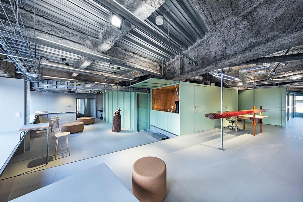 スキーマ建築計画が渋谷の一等地に設計した Toy's Factory の新社屋 Mr.Childrenやゆずが所属する日本屈指の音楽レーベルの仕事場を覗いてみよう 『ブルーボトルコーヒー』やロンドンで開催された『MR PORTER(ミスター ポーター)』x『BEAMS(ビームス)』の限定プログラムなどを手がけてきた日本のアトリエ系建築設計事務所「スキーマ建築計画」が、Mr.Children(ミスターチルドレン)やゆずが所属する「Toy's Factory(トイズ ファクトリー)」の新社屋をデザインした。  渋谷駅を横切る宮益坂と246が交わる五差路に位置するビルのワンフロアを借り切ったスペースは四方が窓で覆われ、北向きの窓面付近においてはまるで246上に浮いているかのような錯覚を受ける。その窓面を有効に利用するため、センターコア型の平面構成を採用し、MTGスペースや倉庫、カフェなどをコア部分に設置。そのコアの周りにオフィスやラウンジ、アーティストルームなどの空間を、各々の異なる性格とその前のコア機能、そして窓面の特徴を掛け合わせて生み出している。  また、空間の色使いもクリエイティビティを刺激することだろう。配管がむき出しになった天井と淡いミントグリーンのコントラスト、そこに木材やメタリックな建材、眩しいイエローなどがアクセントとなり、洗練されたスペースにメリハリを持たせることに成功した。  気になる社内の様子は、上のフォトギャラリーから。また、建築好きの方は、築53年80坪の日本家屋をリノベーションした岐阜県の田の字の家や、リゾート地の醍醐味を凝縮させたスペイン・マヨルカ島に位置する大豪邸もあわせてチェックしてみてほしい。 HYPEBEAST