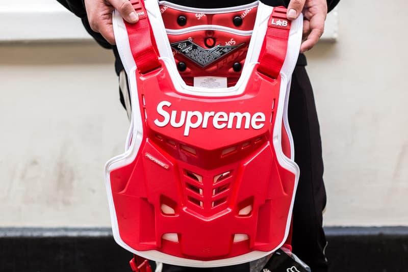 Supreme x Fox Racing のコラボアイテムがリリースされたロンドンの様子をフォトレポート ヘルメット、ヘルメット、そして……ヘルメット 〈Fox Racing(フォックス レーシング)〉をパートナーに招聘した〈Supreme(シュプリーム)〉のコラボレーションは、最近のプロジェクトの中でも一際異彩を放ち、ファンからの関心も一入といった盛り上がりを見せている。『HYPEBEAST』は、日本に先駆けてローンチを迎えたロンドンでストリートスナップを敢行。今回は読者が気になっていたであろうヘルメットのディテールにもクローズアップしているほか、ハンドル、ベスト、ゴーグルなど、コレクション欲を駆り立てるアクセサリーを撮影することにも成功した。  レーシングブームにさらなる火をつけるであろう〈Supreme〉x〈Fox Racing〉のロンドンローンチの様子は、上のフォトギャラリーから。また、まだ何をカートインするか決めかねているという方は、今一度ルックブック&アイテム一覧をチェックしてみてはいかがだろうか。