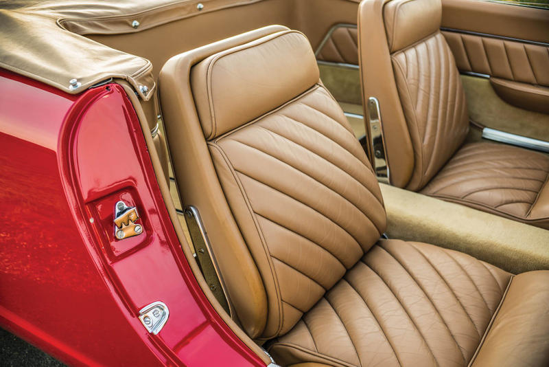 世に出回ることのなかった1961年製の至極のオープンカー Plymouth Asimmetrica Concept アメリカとイタリアの自動車メーカーの共同企画により生まれた歪ながらもヴィンテージカー特有の色気が漂う一台 ストリートが主流となった現代のファッションシーンにおいて、コラボレーションは日常茶飯事の出来事であるが、自動車業界においてメーカー同士が共同開発をすることは、技術面で互いに補完する必要がある場合を除き、滅多に話題になることはない。だが、1950〜60年代の「Chrysler(クライスラー)」と「Carrozzeria Ghia(カロッツェリア・ギア)」など、同産業内でもコラボレーションの名を冠した素晴らしいクリエイションが少なからず存在するのもまた事実である。恐らく、「RM Sotheby's」が今年8月にモントレーで開催するオークションでは、そんな素晴らしいヴィンテージカーが出品されるのではないだろうか。  そのうちの一台が、そう。既述した「Chrysler」と「Carrozzeria Ghia」による1961年製のPlymouth Asimmetrica Roadsterである。両者は15年以上にわたり、ショーカー(展示用自動車)のプロデュースを行ってきた。ベースは「Chrysler」のメカニカル、ボディはイタリア北西部のチェリンにある「Ghia」、そしてデザインはカーデザイナーのVirgil Exner(ヴァージル・エクスナー)という配役で、だ。Asimmetricaという名前のはそのデザインに由来し、エンジンのバルジと吸入口がフロントに、一部のショートフィンが後部に存在する。101馬力を発揮する2.8リッター直列6気筒エンジンを積んだ同車は、XNRのショーカーとして製造されたが、最終的にプロダクション化されることはなかった。  そんな知る人ぞ知る、そして歪ながらも上品さが漂うPlymouth Asimmetrica Roadsterのデザインを是非、上のフォトギャラリーから堪能してみてはいかがだろうか。  1956年に製造されたMaserati A6G / 2000や、1971年製のFerrari Daytonaなど、『HYPEBEAST』が紹介してきたその他のヴィンテージカーもあわせてチェックしてみてほしい。