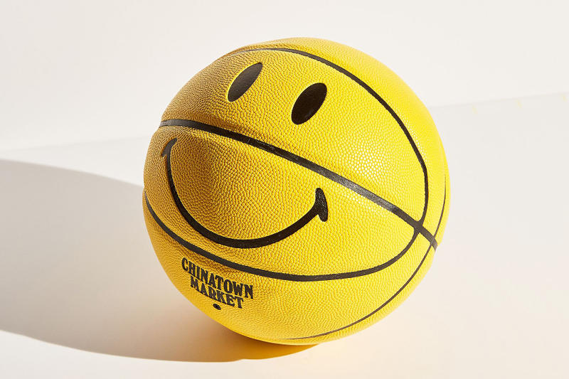 """Chinatown Market がスマイルロゴ風のド派手なバスケットボールを発売 本格的なNBA進出も視野に入れ、スニーカーに続き公式球サイズのオリジナルボールを制作? LeBron James レブロン・ジェームス Converse コンバース Chuck Taylor '70 """"Bootleg Swoosh 1970's"""" Chinatown Market チャイナタウン マーケット NBA スマイルロゴ Urban Outfitters 59ドル 約6,515円 HYPEBEAST ハイプビースト"""