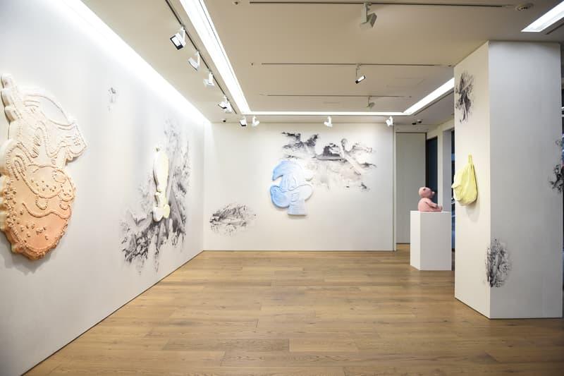 """日本で開催中のダニエル・アーシャムの個展 """"Architecture Anomalie"""" と """"Color Shadows"""" に潜入 『NANZUKA』と『Perrotin Tokyo』の2ヶ所で同時開催されている""""純白の非現実世界""""と""""色を纏ったアーティストの思い出"""""""