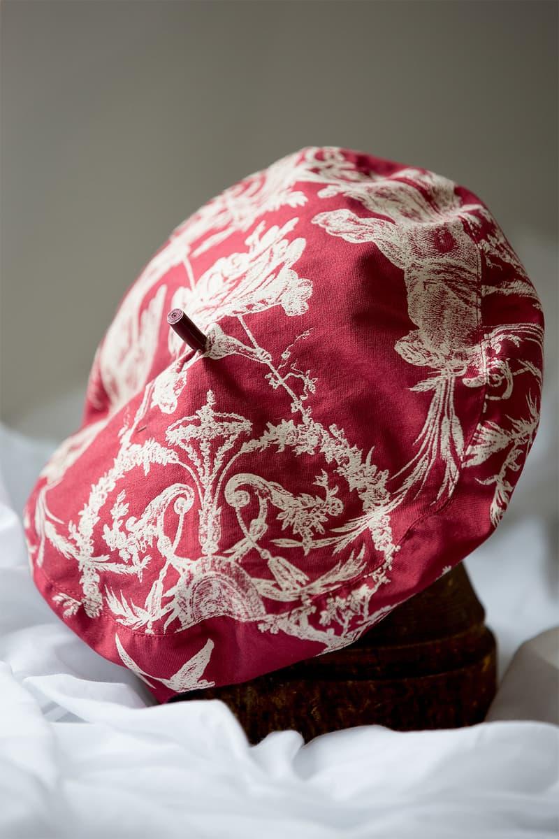 帽子界の巨匠スティーブン・ジョーンズが手がけた Dior 新作ヘッドピースに迫るショートクリップを独占公開 インスピレーション源や〈ALYX〉製バックルの原画といったここでしか見れない裏側を今すぐチェック Monsieur Dior ムッシュ ディオール Kim Jones キム・ジョーンズ Dior ディオール KAWS カウズ BFFコンパニオン Stephen Jones スティーブン・ジョーンズ ヘッドピース John Galliano ジョン・ガリアーノ ALYX アリクス Matthew M. Williams マシュー・ウィリアムズ HYPEBEAST ハイプビースト
