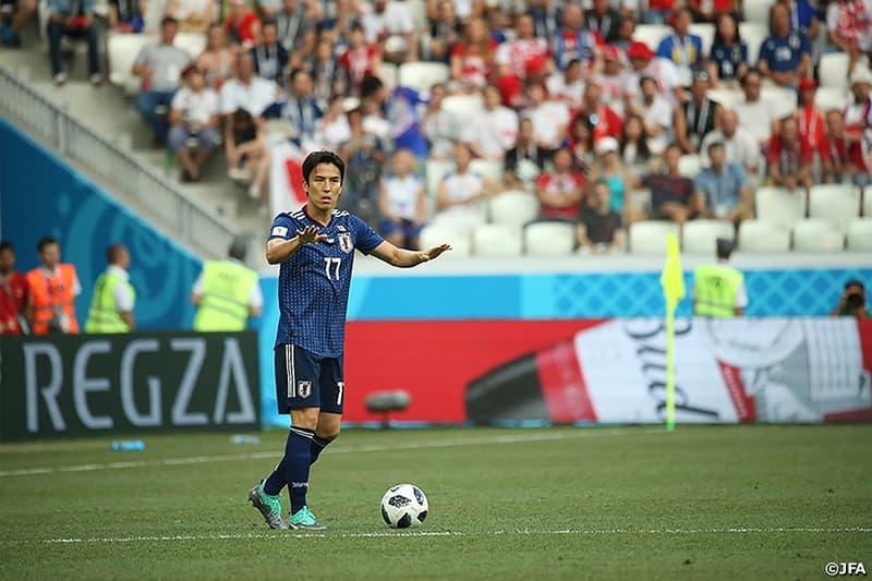 """W杯ベスト16進出を決めた日本代表のポーランド戦をサッカー博識者たちはどう見た?  消極的な戦いを批判すべきなのか、これが勝負の世界なのか、世界中で意見が二分したグループH第3戦 昨夜行われた「FIFAワールドカップ2018」のグループリーグ第3戦、日本vsポーランドの一戦について、世界では様々な意見が飛び交っている。後半、日本代表は1点ビハインドで、このままではGS敗退という苦境に立たされていた。しかし、コロンビアvsセネガルの一戦で前者が先制したことにより、状況が一変。グループHの両試合がこのまま進行すれば、日本とセネガルは勝ち点や得失点差など全てで並ぶことになるが、フェアプレーポイントにより日本の勝ち抜けが決まることが判明したのだ。これを受けて、西野監督は終了間際の約10分強、チームにリスクを背負わず、ボールキープを要求。セネガルが同点に追いつく可能性もあったが他会場の結果を信じ、負けているにも関わらず攻めることを辞めたのだ。  結果として、コロンビアvsセネガルは1-0で終了のホイッスルを迎え、日本代表はベスト16に勝ち進む権利をもぎ取った。だが、この大舞台での茶番劇を目にしたロシアの観衆たちは日本代表に大ブーイングを浴びせ、地元メディアを含め「サッカーへの冒涜だ」、「恥を知れ」、「とても侍とは呼べない」など批判が殺到。また、Michael O'Neill(マイケル・オニール)やLeon Osman(レオン・オズマン)を迎えた『BBC』の解説陣も「W杯で見るべき試合ではない」、「他のチームの試合結果にベスト16進出を委ねる監督の判断はいかがなものか」、「日本代表は次のラウンドで惨敗を喫すことを願うね」など、厳しい意見で溢れかえった。  しかし、「FIFA」が定めるルールに則っての""""戦い方""""であり、日本代表のチームメンバーも決してそれを良いと思っていたわけではない。むしろ、批判の対象になった選手たちが一番辛かったのではないだろうか。そして、キャプテン・長谷部誠の「最後は少し見てくださっている方々にはもどかしいゲームになってしまったけど、これが勝負の世界なので」と言う言葉通り、ひとつでも勝ち上がるという結果を求めるのであれば、あの試合運びも戦術プランとしては苦肉の策として選択する価値があっただろう。それゆえ、前述の批判からSAMURAI BLUEを擁護する意見も少なくない。  確かに、第3戦はもどかしく、不完全燃焼だった。しかし、7月3日(火)にはベルギーとの対戦が控えている、これが今ある事実である。この鬱憤は強豪相手の勝利でしか晴らすことはできないのだ。"""